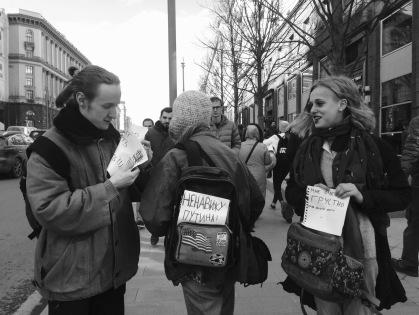 Tres manifestantes camino de la marcha