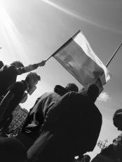 Ondeando la bandera rusa delante de la policía, calle Tverskaya