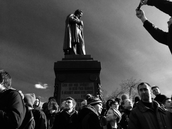 Jóvenes rusos esperando a la policía bajo la estatua de Pushkin