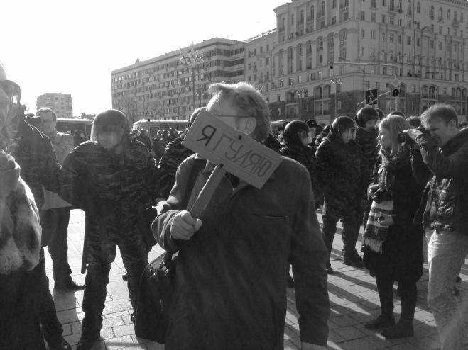 Un hombre protestado en solitario